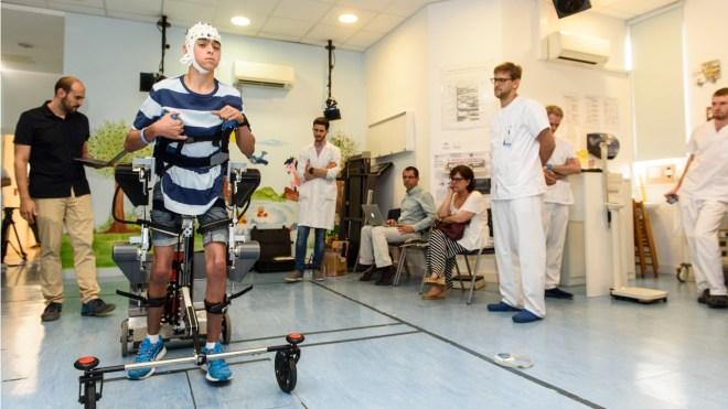 Miguel, de 15 años, paciente con parálisis cerebral, prueba el exoesqueleto diseñado por el CSIC y el Niño Jesús.