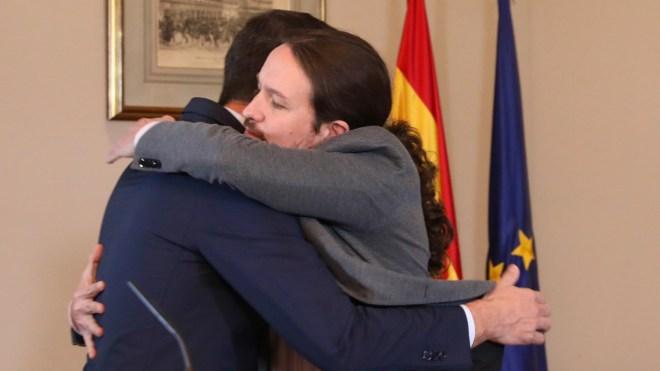 Pedro Sánchez y Pablo Iglesias se abrazan durante el anuncio del acuerdo de Gobierno.