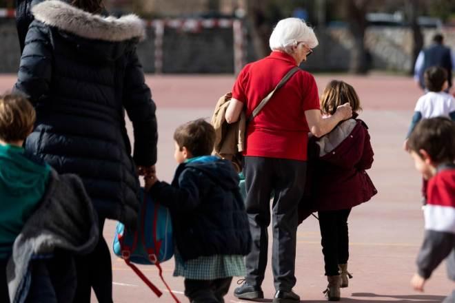 Recogida de ninos del colegio en el ultimo dia de clase despues de decretarse el cierre de centros escolares y universidades durante 15 dias por la epidemia de coronavirus. En la imagen, recogida en un colegio de Soto del Real.