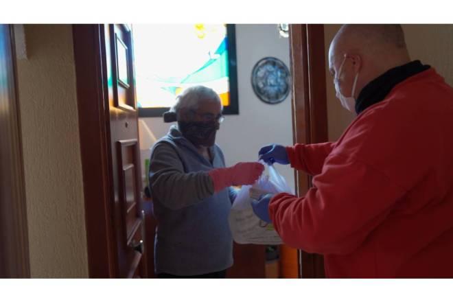 Un voluntario de Cruz Roja haciendo entrega de medicamentos. / Cruz Roja.