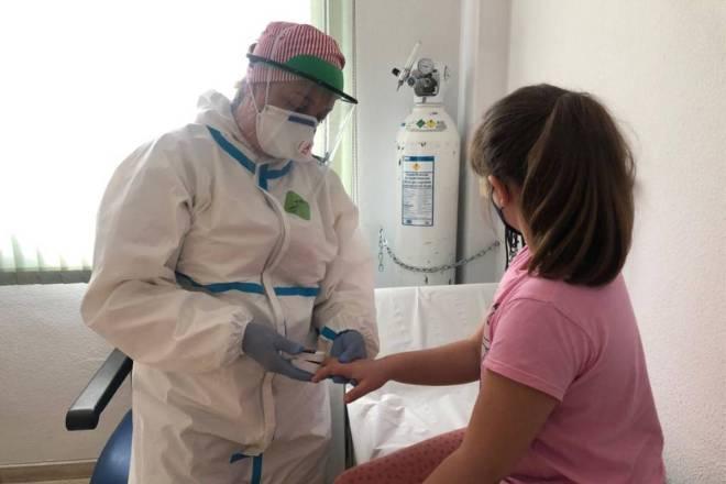 La enfermera especialista en pediatría es la profesional con mayor capacitación para liderar el cuidado del recién nacido, niño y adolescente sano y con procesos patológicos agudos, crónicos o que generen discapacidad.