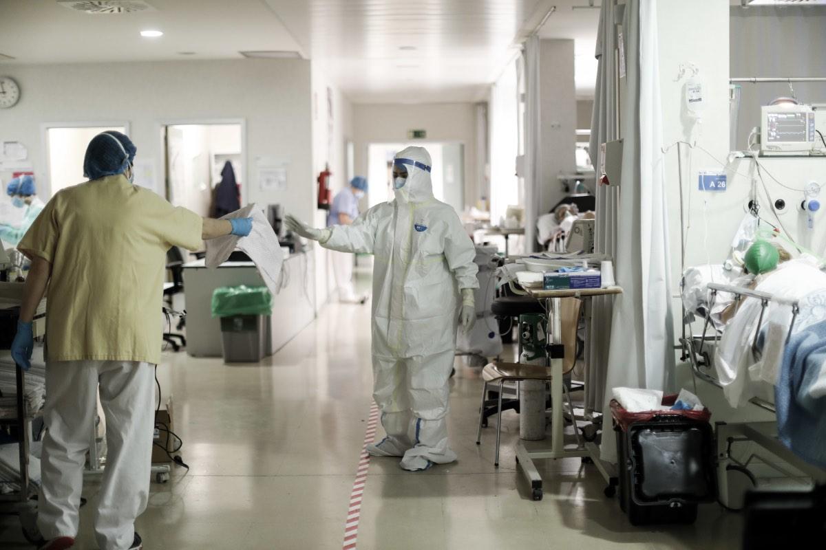 El Foro de la Profesión insta a abordar una planificación urgente del personal médico para afrontar la crisis sanitaria.