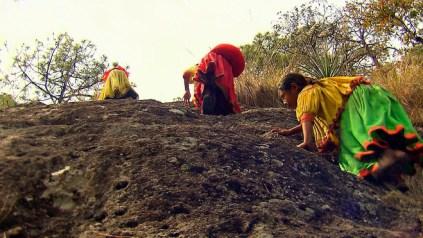 Tres nenes raràmuris escalen per arribar a l'escola