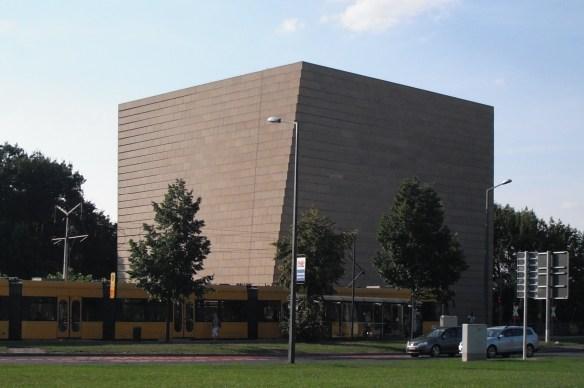 Synagoge mit Straßenbahn