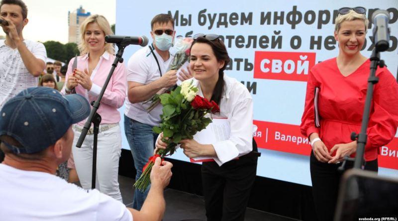 Сьвятлана Ціханоўская (у цэнтры) на перадвыбарчым пікеце ў Менску, 19 ліпеня 2020 году