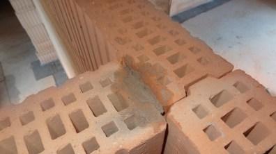 Zaplnění rohových cihel maltou