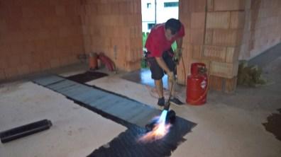Položení asfaltových hydroizolačních pásů