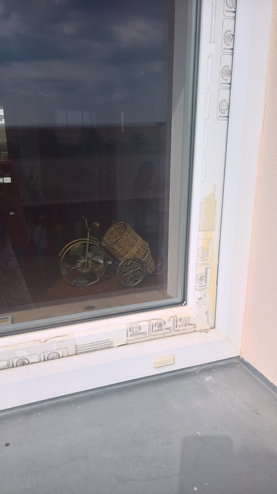 Příklad nesundané fólie z rámu okna