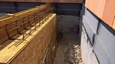 Stavba bednění vchodu do domu