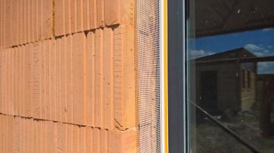 APU lišta se síťovinou kolem okna