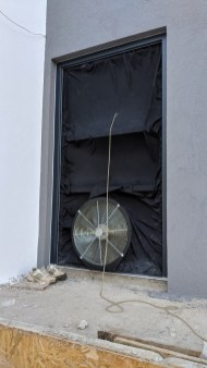 Ventilátor upevněný ke dveřím