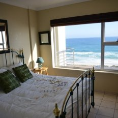 The Waves Bloubergstrand queen-bedroom