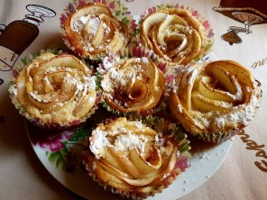 rose-tarts-with-apple-and-cinnamon
