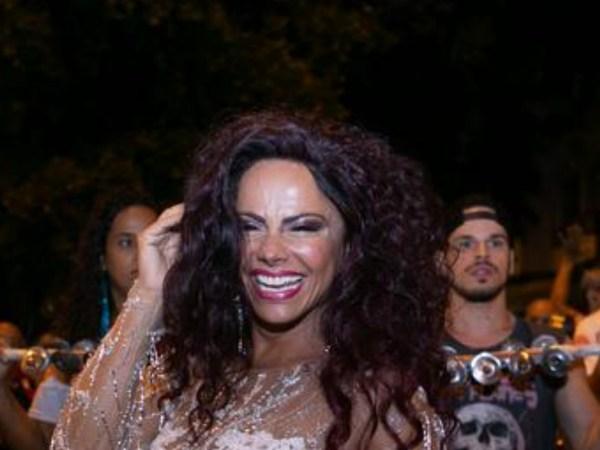Passada! Viviane Araújo surge com roupa completamente transparente e deixa tudo à mostra no meio rua - TV Foco