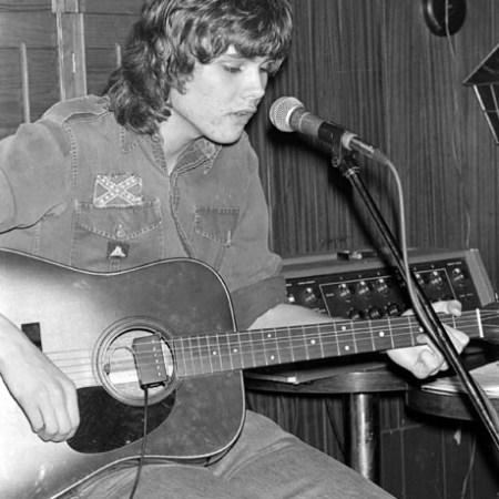 Photo of Ron Sexsmith playing guitar