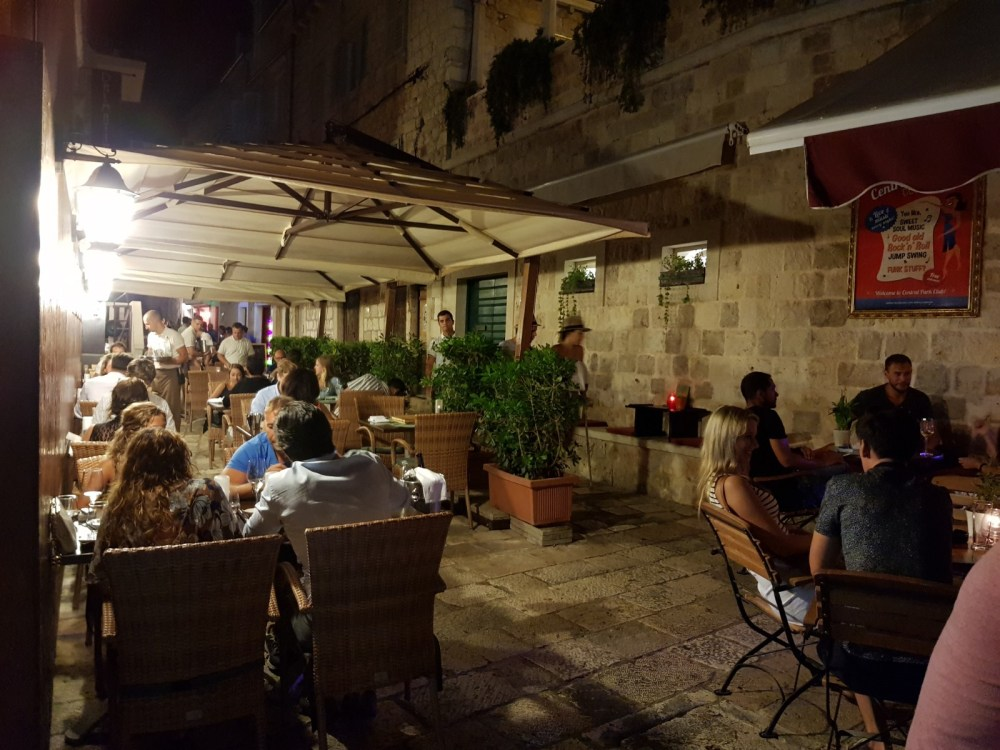 An image of the outdoor seating at Dalmatino