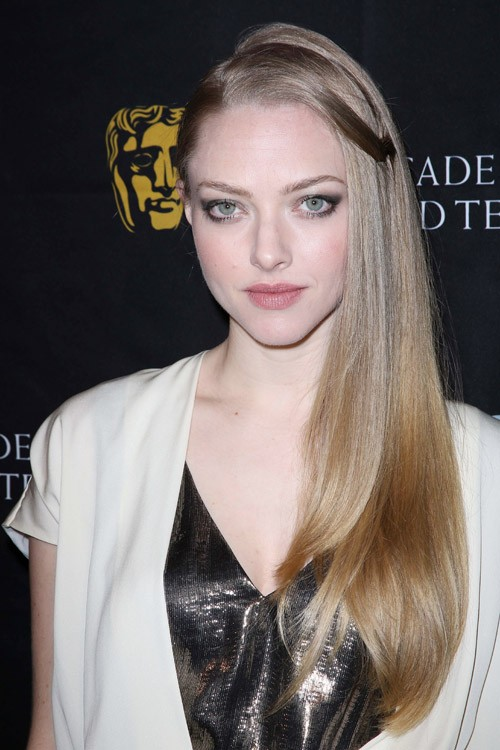 Amanda Seyfrieds Hairstyles Amp Hair Colors Steal Her Style