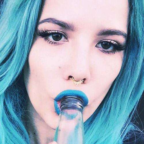 Halsey Makeup Beige Eyeshadow Amp Blue Lipstick Steal Her