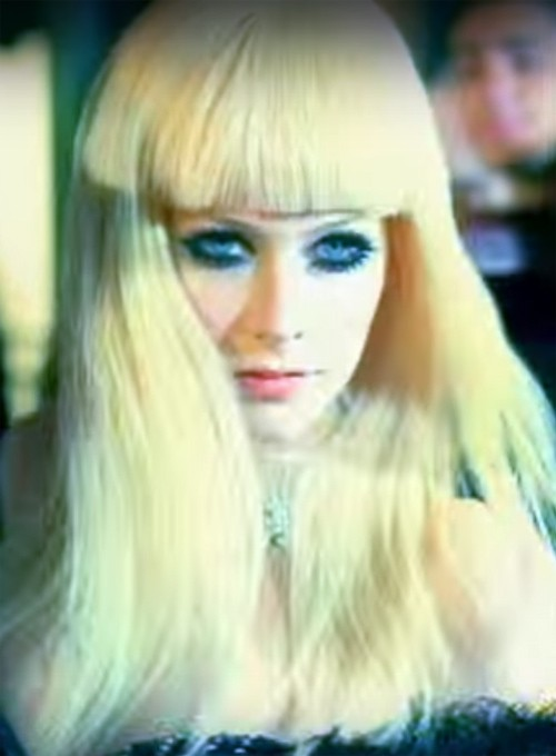 Avril Lavignes Hairstyles Amp Hair Colors Steal Her Style
