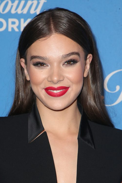 Hailee Steinfelds Hairstyles Amp Hair Colors Steal Her Style