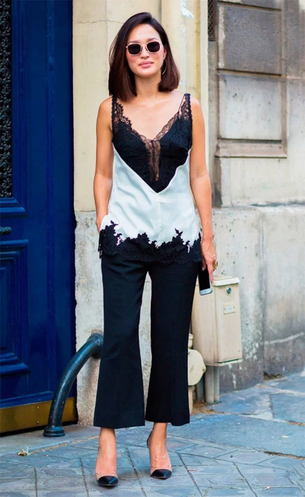 Street style look com lingerie à mostra.