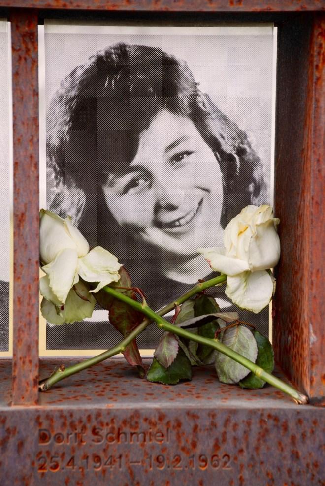 Foto af Doris Schmiel i Fenster des Gedenkens, Gendenkstätte Berliner Mauer, Berlin.