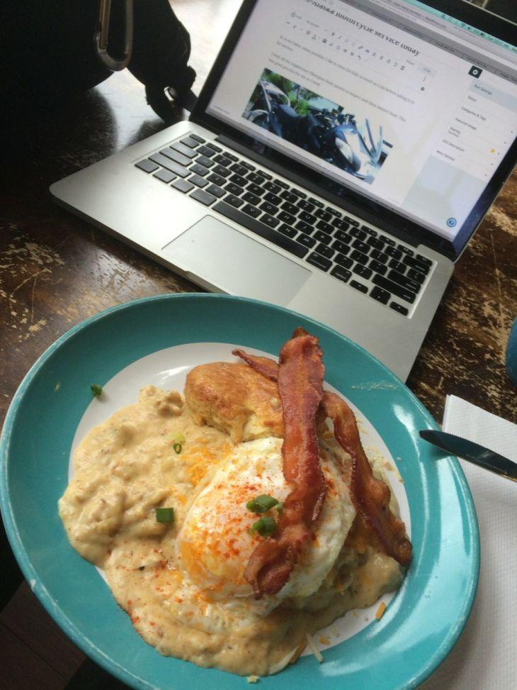 Service breakfast