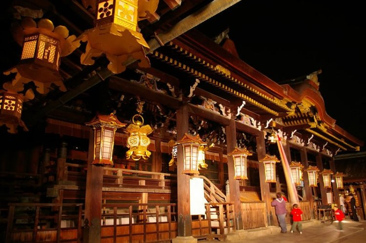 800px-Honden_Kitano-tenmangu-shrine.JPG