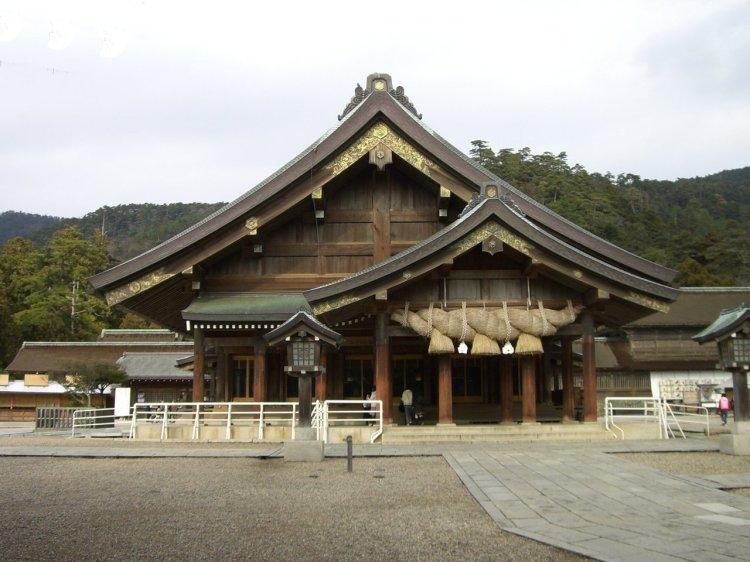 Izumo-shrine_Haiden01.jpg