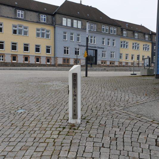 Eine Erinnerung an die Todesmärsche im Harz. Als die Alliierten vorrückten, ließ der SS die KZ-Lager räumen und trieb die Gefangenen auf langen Fußmärschen durchs Land. Dabei starben mindestens 250000 Menschen.