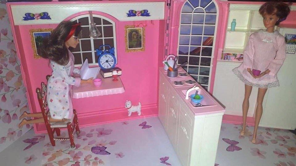 povetsea Barbie de dimineata la cafea