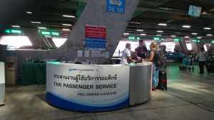 freundliches Personal am Flughafen Bangkok