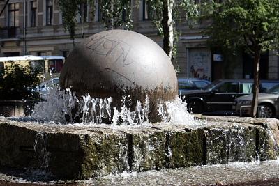 Der Brunnen sprudelt, aber die Kugel dreht sich nicht (mehr).