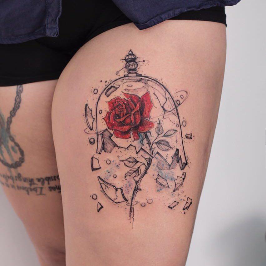 tatuagem de rosa da bela e a fera com a redoma quebrada