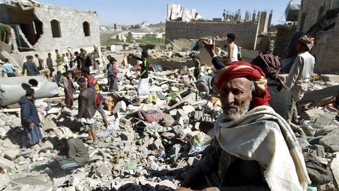 Folk leter etter overlevende i ruinene etter Saudi Arabias bombing av Sana'a