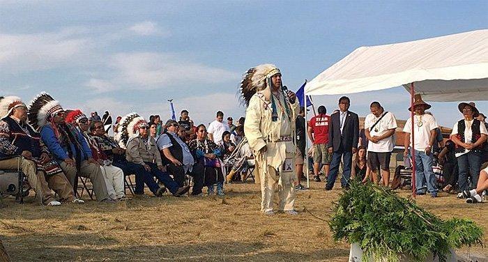JoDe Goudy, leder for Yakama-nasjonen taler ved Standing Rock. (Seattle Times)