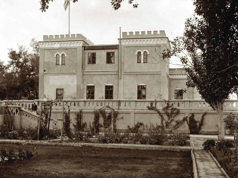1906年,斯坦因拍攝的秦尼巴赫。在臺階下的花園種植高大的喬木,上了臺階後還有另一個花園,種植果樹。圖中的秦尼巴赫主建築是後來改建的,並不是1898年的樣子。(Source: 東方奇程斯坦因)