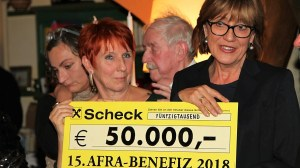 Eine großzügige Spende aus dem Verkauf der Afra-Lithographie von Leander Kaiser konnte an die Tiroler Frauenhäuser überreicht werden. Foto: Maximilian Stecher