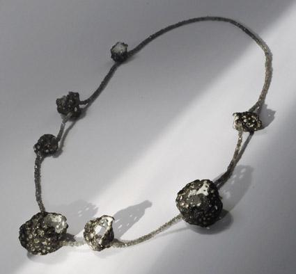 Goldschmiedekunst: Geschwärzte Silberkette mit weißem Emaille und Labradorit
