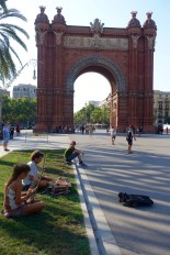 Street musicians in front of Arc De Triomf