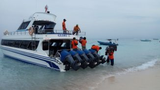 Your bags are casually transported onto the boat