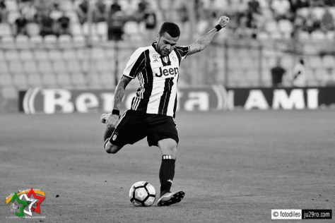 Dani Alves, cross al bacio