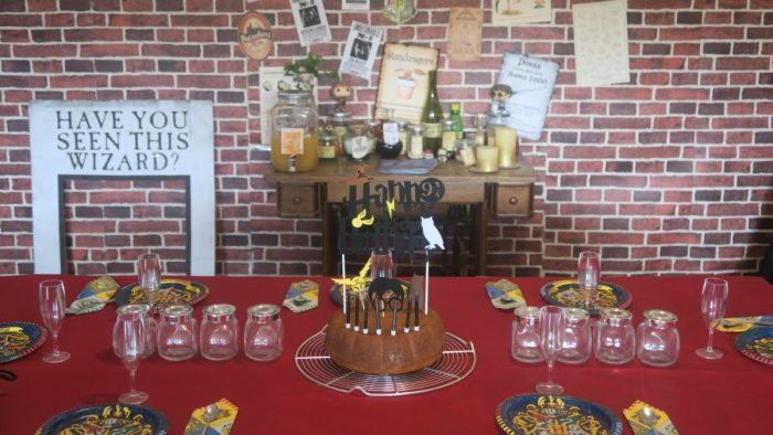 Décoration anniversaire Harry Potter. Table des potions, mur de briques, affiches du film Harry Potter, printables harry potter, table d'anniversaire Harry Potter