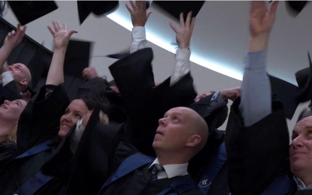 Festlig MBA-dimission så hattene flyver