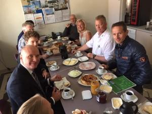 Og bag  efter kunne politikerne over en kop morgen kaffe drøfte BMs' særlige udfordringer med divisionsdirektør Ib Steffensen (i den den hvide skjorte).