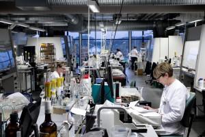 Etableringen af de store laboratoriehaller har sikret en mere effektiv arbejdsgang, hvor de enkelte laboratorieopstillinger hurtigt kant ændres og flyttes.