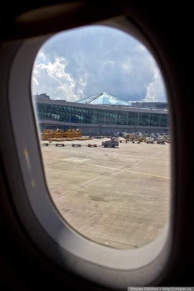 Путешествие в Норвеги. Вид из иллюминатора на терминал Шереметьево D