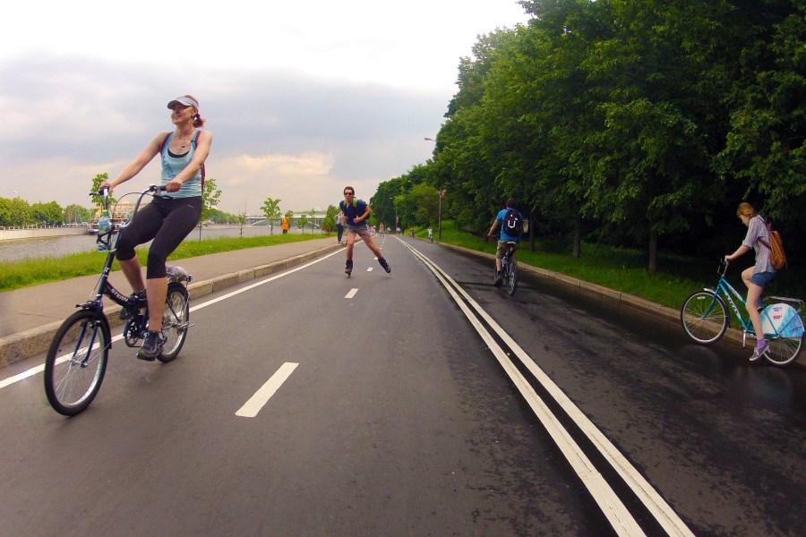 2013.07.30 - Велосипедисты на набережной у Воробьёвых гор