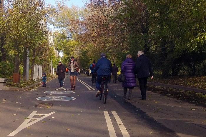 В Парке Горького пешеходы ходят по велодорожке и даже не смотрят по сторонам (фото: Stepan.ru)