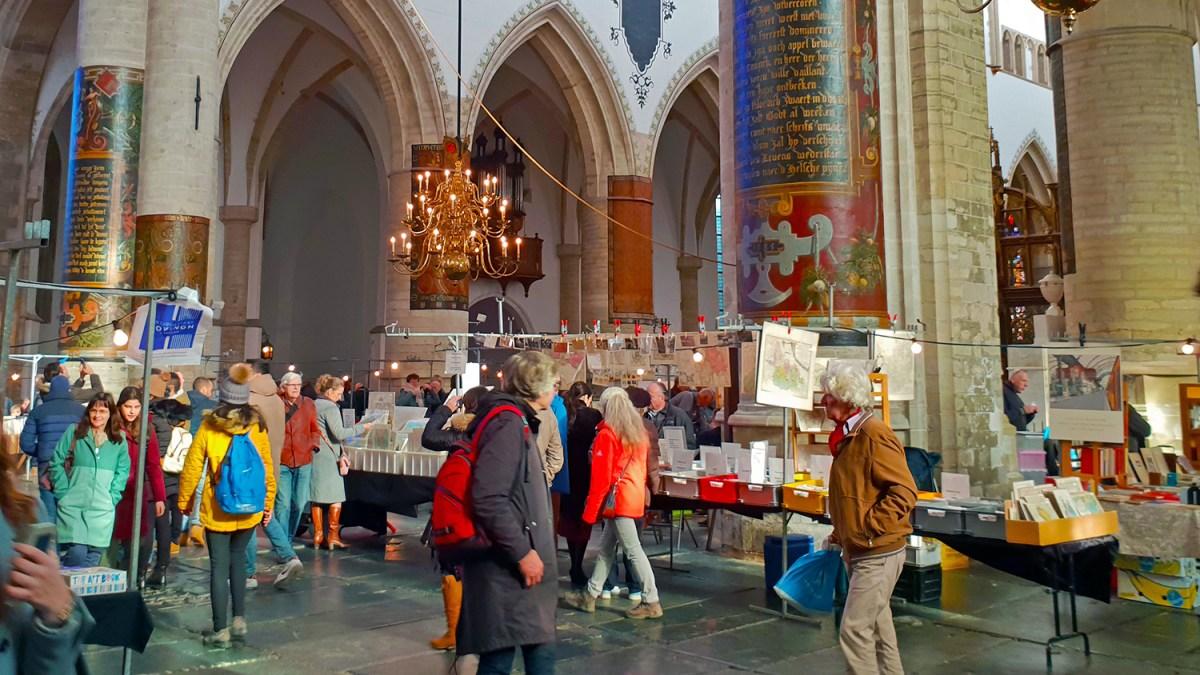 Ежегодный книжный рынок Boeken in de Bavo в Харлеме (Нидерланды)